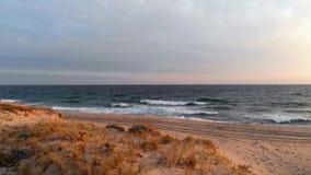 Luft-Gesamtlänge 4k des Sonnenuntergangs an Miacomet-Strand, Nantucket stock video