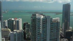 Luft-Gesamtlänge Miamis Brickell auf Lager Video enthält Wolkenkratzer entlang Bucht Brickell Biscayne stock footage
