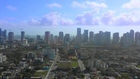Luft-Gesamtlänge Miamis Brickell auf Lager Video enthält Wolkenkratzer entlang Bucht Brickell Biscayne stock video footage