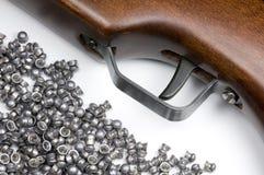 Luft-Gewehr und Tabletten stockfotos
