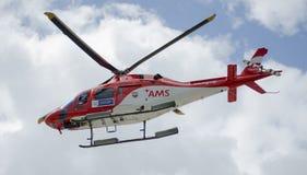 Luft-Gnaden-Service-Hubschrauber im Flug Stockfotos