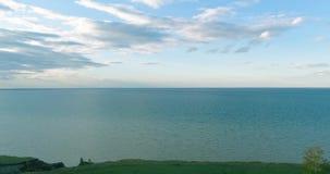 Luft-hyperlapse des Sonnenuntergangs und Wolken über Seeküste Timelapse-Brummen fliegen nahe Ozeanbank Hohe Geschwindigkeit horiz stock footage