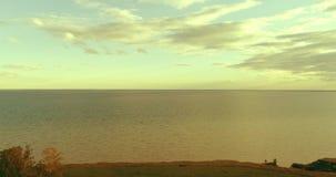 Luft-hyperlapse des Sonnenuntergangs und Wolken über Seeküste Timelapse-Brummen fliegen nahe Ozeanbank Hohe Geschwindigkeit horiz stock video