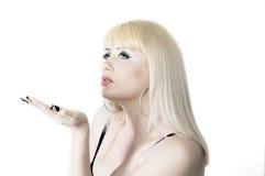 Luft-kyss från den härliga blondinen Fotografering för Bildbyråer
