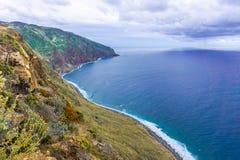 Luft-Madeira-Inselansicht mit Atlantik, wei?en Wellen, Klippen und Natur lizenzfreies stockfoto