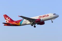 Luft Malta A320 tar på av Arkivfoton