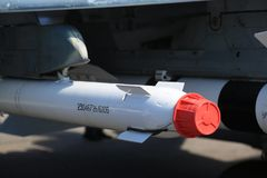 Luft-luft missil för vit utbildning med ett skyddande rött lock på hängaren under vingen av flygplanet Närbild fotografering för bildbyråer