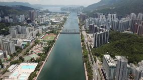 Luft-panarama Ansicht über Shatin, Tai Wan, Shing Mun River in Hong Kong stock video footage