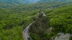 Luft- Serpentinen- Stra?enabflussrinne die kaukasischen Berge in S?d-Russland lizenzfreies stockfoto