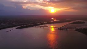 Luft-Sonnenuntergang im Juli 2017 4K Kentuckys Louisville spornen 2 an stock video