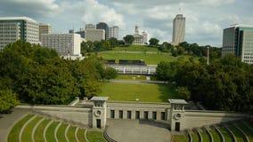 Luft-Tennessee State Capitol mit Zug im Vordergrund stock video