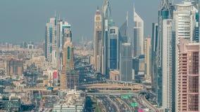 Luft-vew von Dubai-Jachthafen mit shoping Mall, Restaurants, T?rmen und Yachten timelapse, Arabische Emirate stock video