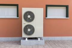 Luft- Wasser der Wärmepumpe für die Heizung eines Wohnheims stockbilder