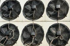 Lufta betinga och refrigeretionsystemet utanför enheter - kompressorer och kondensatorer arkivfoto