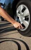 lufta bilgummihjul upp Fotografering för Bildbyråer