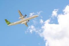Lufta det baltiska flygplanBombardierstrecket 8 Q400 YL-BAI royaltyfri foto