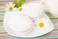 Lufta marshmallows på en plätera, closeup Arkivbild