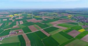 Lufta panoramor av jordbruks- fält och vindgeneratorer producera elektricitet Alternativ energi, tre vindturbiner stock video