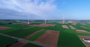 Lufta panoramor av jordbruks- fält och vindgeneratorer producera elektricitet Alternativ energi, tre vindturbiner lager videofilmer