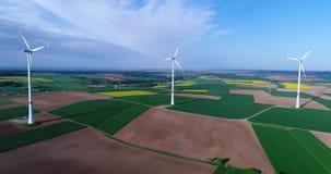 Lufta panoramor av jordbruks- fält och vindgeneratorer producera elektricitet Moderna teknologier för att erhålla lager videofilmer