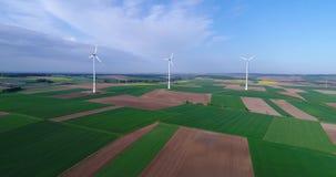 Lufta panoramor av jordbruks- f?lt och vindgeneratorer producera elektricitet Alternativ energi, tre vindturbiner arkivfilmer