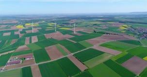Lufta panoramor av jordbruks- f?lt och vindgeneratorer producera elektricitet Alternativ energi, tre vindturbiner lager videofilmer