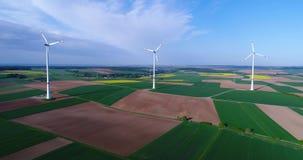 Lufta panoramor av jordbruks- f?lt och vindgeneratorer producera elektricitet Alternativ energi, tre vindturbiner stock video
