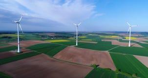 Lufta panoramor av jordbruks- f?lt och vindgeneratorer producera elektricitet Moderna teknologier f?r att erh?lla arkivfilmer