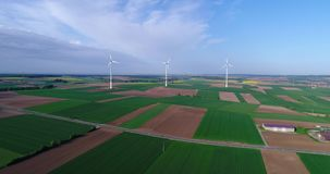 Lufta panoramor av jordbruks- f?lt och vindgeneratorer producera elektricitet Moderna teknologier f?r att erh?lla lager videofilmer
