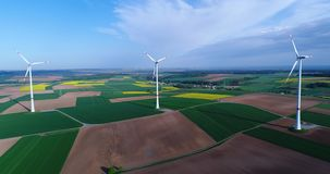 Lufta panoramor av jordbruks- f?lt och vindgeneratorer producera elektricitet Moderna teknologier f?r att erh?lla stock video