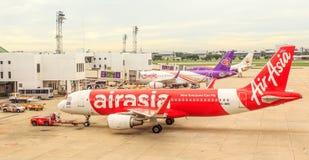 Lufta planet parkering för thai Lion Air, Nok-luft på landningsbana och prepareing Royaltyfri Fotografi