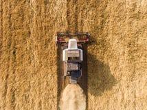 Lufta skottet av skördearbetaren på vetefältet Arkivfoton