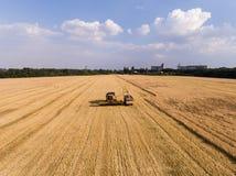 Lufta skottet av skördearbetaren på vetefältet Royaltyfri Bild