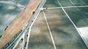 Luftabstiegansicht einer Autobahn und der Weinberge in Andalusien, Spanien stock video