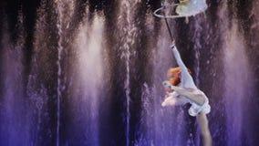Luftakrobatik mit Band- und Handschleife stock video footage
