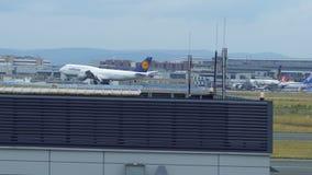 Luftansa Boeing 747, das an Frankfurt- am Mainflughafen landet stock footage