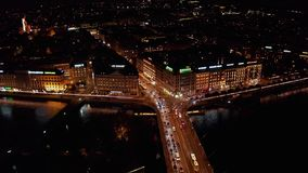 Luftansicht der nacht 4K von Ufergegendskylinen Genf die Schweiz stock footage