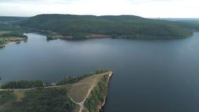 Luftansicht der Wolgas und der Hügel nahe dem Wasser stock footage