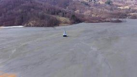 Luftansicht des brummens 4k, ökologische Katastrophe, überschwemmte Kirche unter Abraumabwasser stock footage