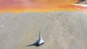 Luftansicht des brummens 4k, ökologische Katastrophe, überschwemmte Kirche unter Abraumabwasser stock video