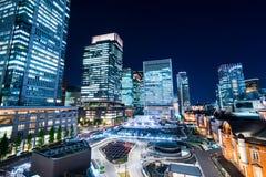 Luftansicht des panoramischen modernen Stadtskylinevogelauges nachtmit Tokyo-Station unter drastischem Glühen und schönem dunkelb lizenzfreies stockfoto