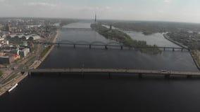 Luftansichtpanorama der Skyline 4k von Daugavafluß, von Brücken, von Kreuzschiffen und von Stadtgebäuden stock footage