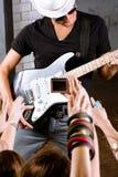 luftar att leka för gitarrist arkivfoto