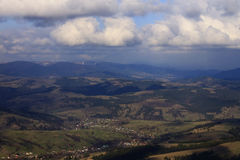 Luftaufnahme über Karpatenberge Stockbilder