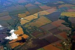 Luftaufnahme über landwirtschaftlichen Feldern Lizenzfreie Stockfotos