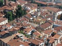 Luftaufnahme der Dachspitzen Stockbild