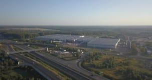 Luftaufnahme der Datenbahn Straßenkreuzungen auf dem grünen Gebiet Austauschlandstraßenstraße 4k 4096 x 2160 stock footage