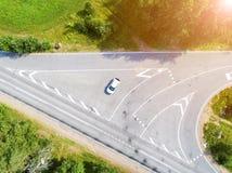 Luftaufnahme der Datenbahn Vogelperspektive einer Landstraße mit beweglichem Auto Auto, das vorbei überschreitet Luftstraße Vogel lizenzfreie stockbilder