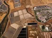Luftaufnahme der Felder und der industriellen Sites stockbilder