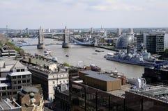 Luftaufnahme der Gebäude und des Themse-Flusses Stockfotografie